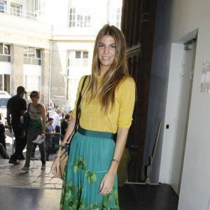 Bianca Brandolini d'Adda utilise le jaune moutarde avec parcimonie, un simple petit pull en maille sur une jupe longue très colorée. Elle retrousse les manches pour encore plus de style.