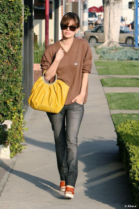 Même si avec ses cheveux bruns Rachel Bilson pourrait se permettre le total look moutarde, elle ne s'est laissée tenter que par un accessoire.