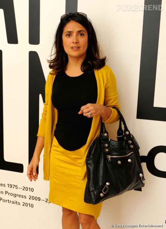 Salma Hayek ose l'ensemble jupe et gilet moutarde accordé avec du noir. C'est réussi.