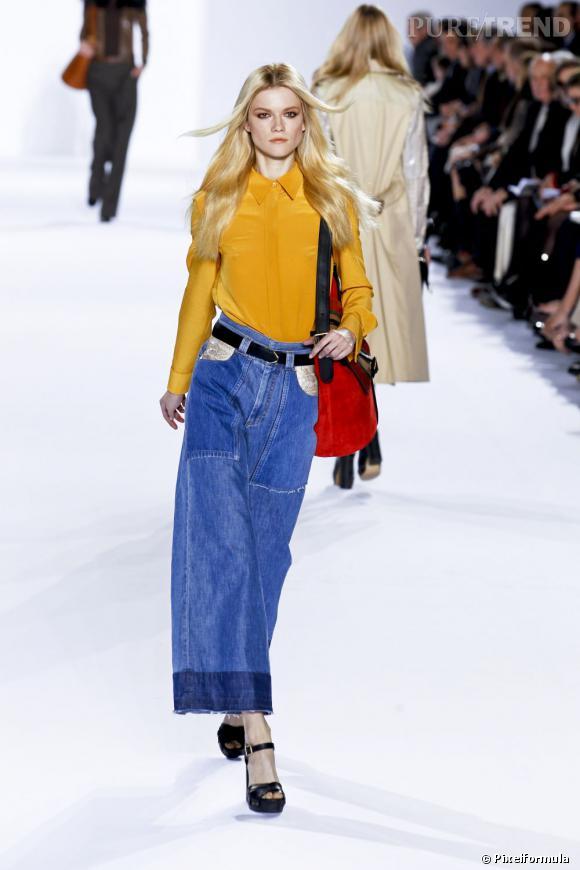 Au défilé Chloé, le jaune moutarde est mis en lumière grâce au jean et au sac rouge. Un look décalé mais très moderne.