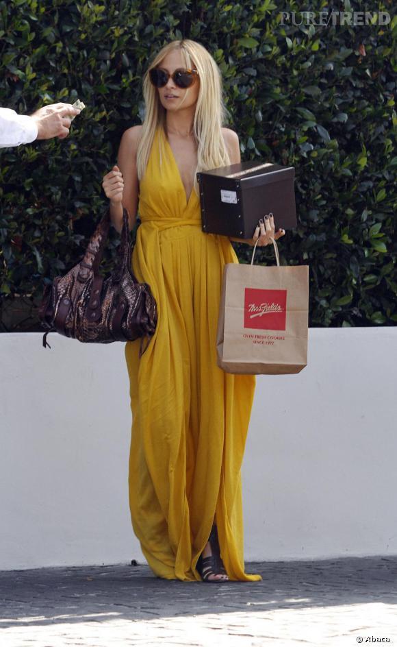 Nicole Richie dans une robe longue tout en drapé, une bonne manière de donner vie à cette teinte.