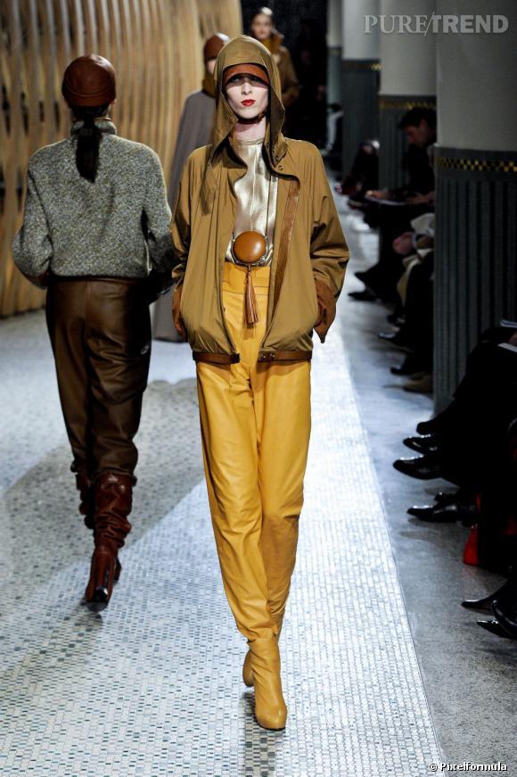 Une pièce surprenante chez Hermès : le pantalon de cuir qui ne fait qu'un avec les boots.