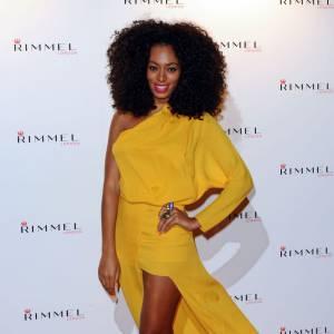 La beauté affro de Solange Knowles est sublimée par le jaune moutarde. Un choix judicieux.