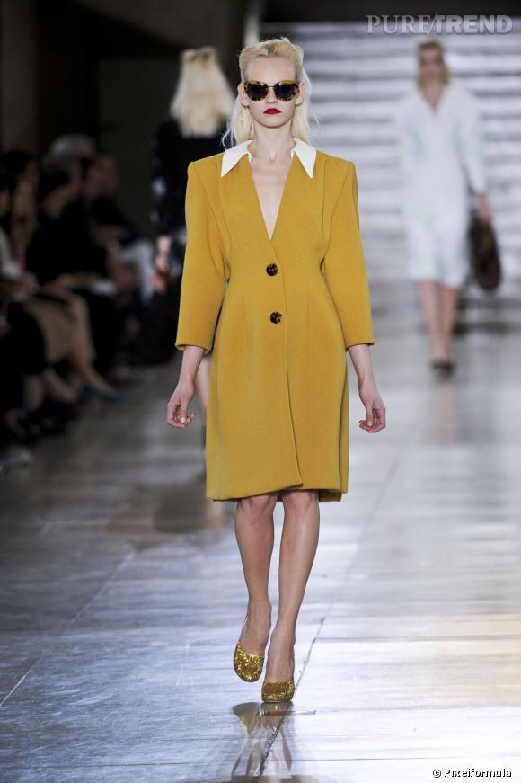 Un manteau aux volumes 80's, résolument boyish, chez Miu Miu.