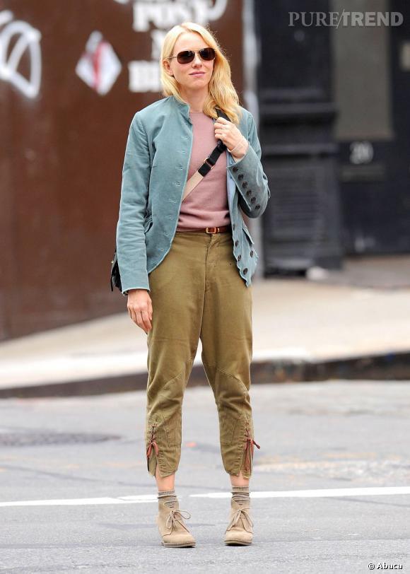 Le pantalon qui monte très haut et les pieds rentrés, on ne peut pas dire que Naomi Watts soit au top du glamour.