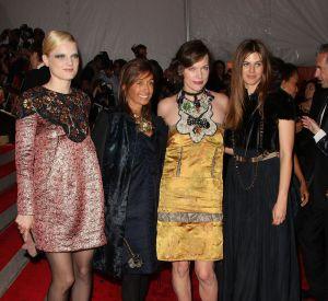 Un look de baby doll pour Guinevere van Seenus qui pose aux côtés de Consuelo Castiglioni, Milla Jovovich et Carolina Castiglioni.