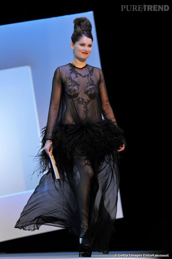 De plus en plus osées, les Françaises adoptent ensuite la transparence. La preuve avec Laetitia Casta, lors des Césars en robe vintage Yves Saint Laurent.
