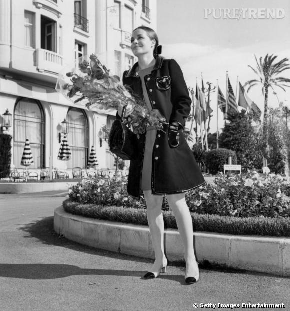 Allemande naturalisée Française, la superbe Romy Schneider est plus représentative du chic des années 50, une mode déjà connotée babydoll mais légèrement plus sage.