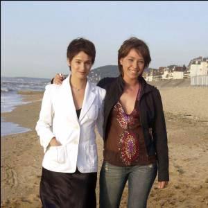 2003 : Nouvelle coupe de cheveux et allure très rétro... Marie Gillain camoufle sa jolie silhouette.