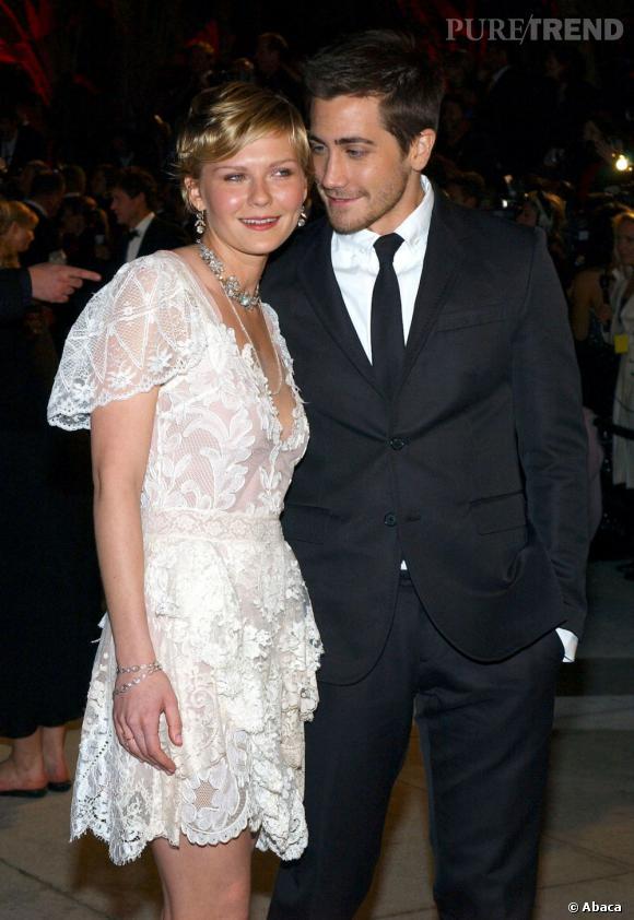 Jake Gyllenhaal regarde amoureusement Kirsten, leur histoire a duré de 2002 à 2004.