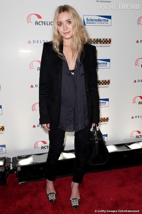 Ashley Olsen dévoile ses sous-vêtements sans être vulgaire en ne boutonnant pas sa blouse.
