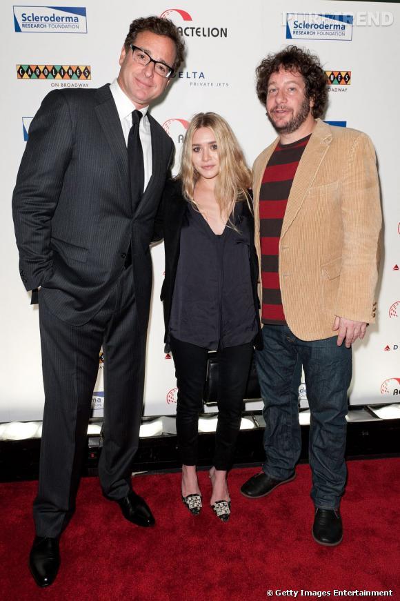 """Les humoristes Bob Saget et Jeff Ross entourent Ashley Olsen. A noter que Bob Saget a connu les jumelles Olsen bébés puisqu'il jouait le rôle de leur père dans """"La fête à la Maison"""" !"""