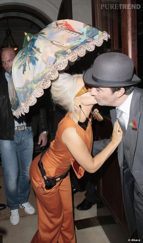 Lady Gaga et son ombrelle Tsumori Chisato de la collection Printemps-Été 2012.