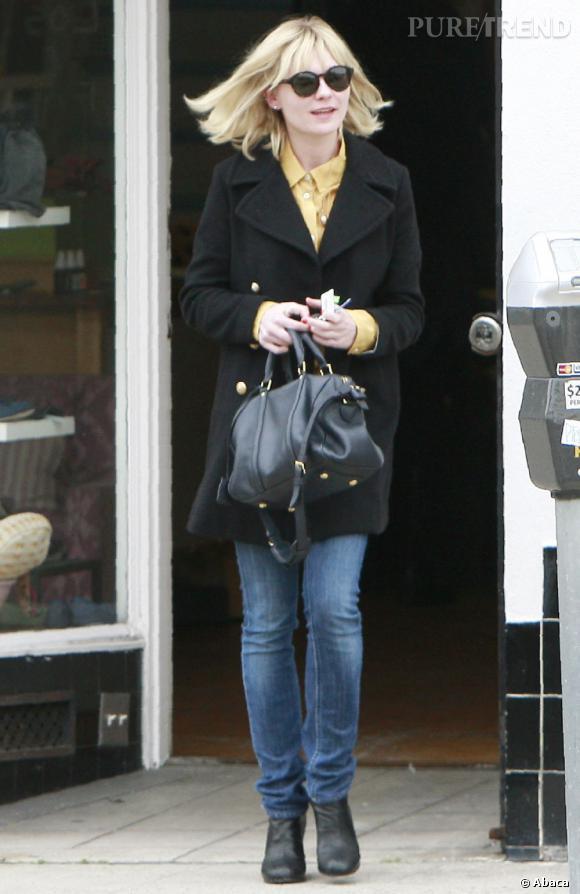 Un street look hivernal, Kirsten boutonne son chemisier jaune jusqu'en haut. Elle est stylée et élégante. Le caban en laine est un grand classique.