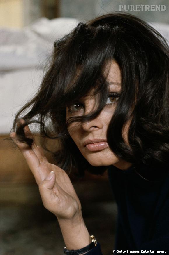 8 idées de carrés rétro Chez Sophia Loren,  le carré s'envisage comme une série d'ondulations indépendantes.