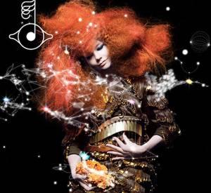 """Pour son nouvel album """"Biophilia"""", Björk a fait appel à Stefano Pilati, DA chez Yves Saint Laurent. Ce dernier lui a créé une combinaison """"minérale"""" recouverte de cristaux bruts que la chanteuse a inauguré sur scène. La collab' inattendue de la rentrée."""