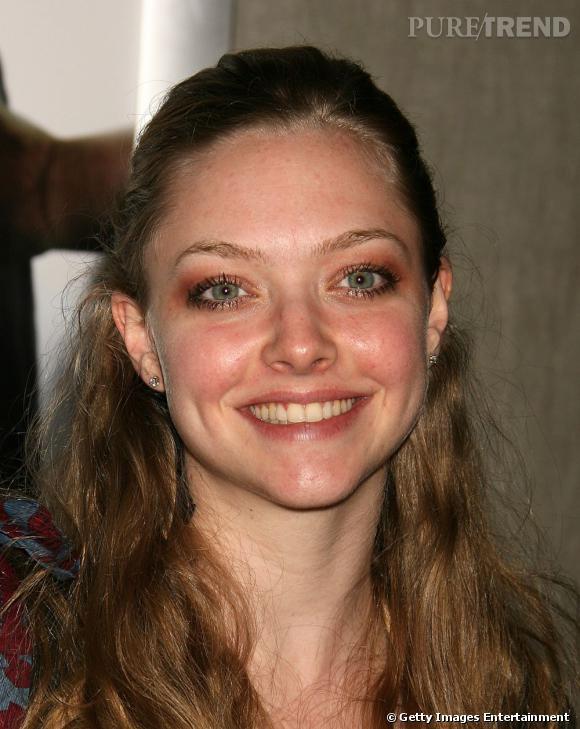 Le pire beauty-look : demie-queue ringarde, teint brouillé et yeux trop fardés, Amanda n'est pas à son avantage.