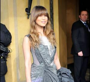 Plutôt bling-bling, Rachel Stevens mise sur un modèle gris et mauve au joli jeu de drapé.