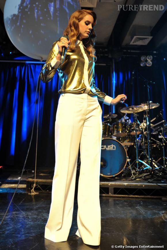 """Bien loin des chanteuses glitter à la Katy Perry, Lana cultive un sens du style original et puise dans de nombreuses tendances, de l'allure """"Grease"""" à l'allure 70's comme lors de son concert à Londres."""