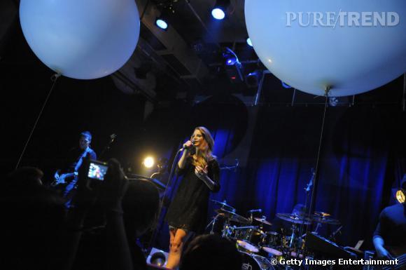 Lors de son concert en Allemagne, la jeune femme mise sur une petite robe noire en dentelle rétro.