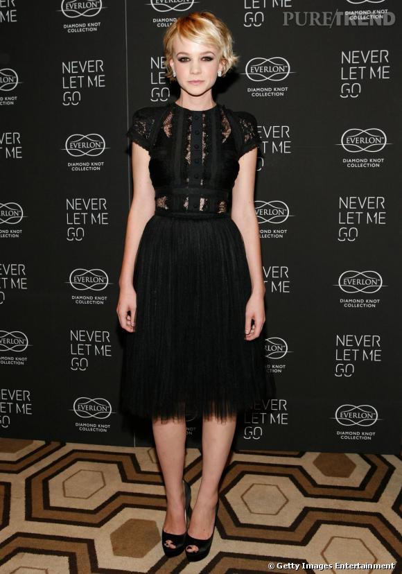 Le top petite robe noire :   Dans une création Elie Saab jouant sur des effets de transparence, Carey Mulligan est divine. Juchée sur des talons Salvatore Ferragamo, elle sait exactement comment sublimer un look.