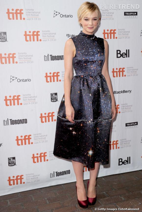 """Le top look expérimental :     Dans cette robe Christopher Kane très """"Constellation"""", la demoiselle est superbe."""