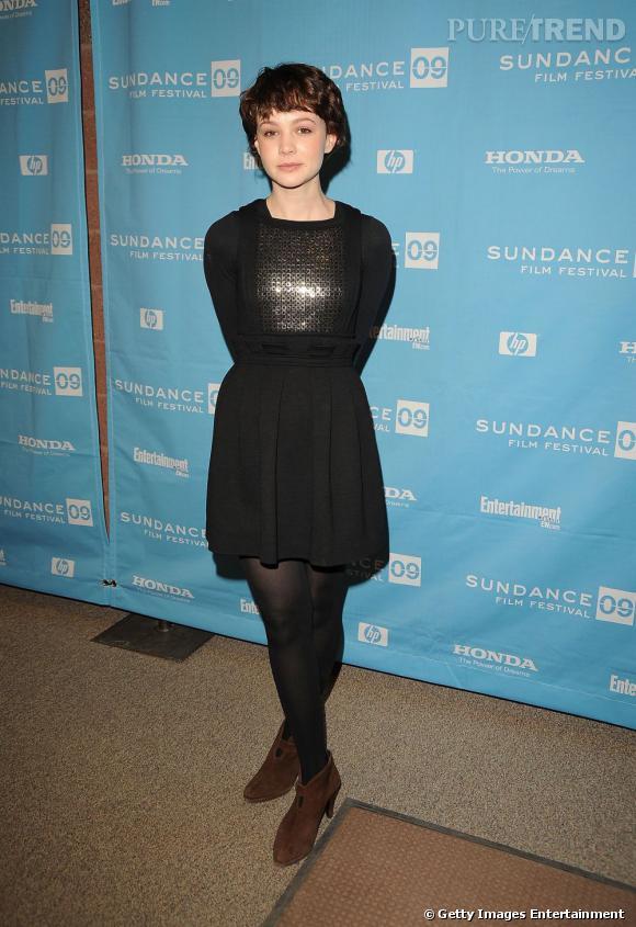 Le flop petite robe noire :   La jolie actrice ne flatte pas du tout sa silhouette dans une robe démarquée au niveau des hanches. Pire, on a du mal a accepter l'association avec les bottines marron.