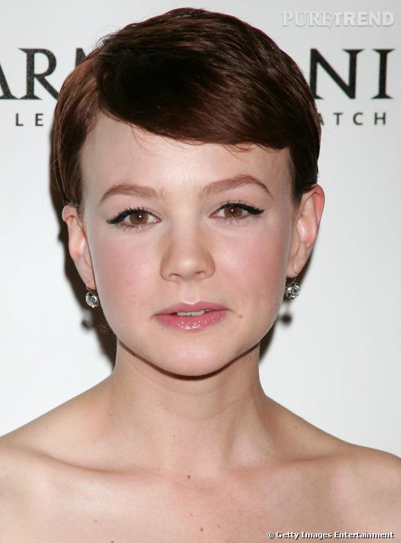 Le flop coiffure :   la coupe garçonne va étonnamment bien à Carey Mulligan. En revanche, aussi court et couleur chocolat, on n'est pas fan ! Le visage trop arrondi, l'actrice est méconnaissable.