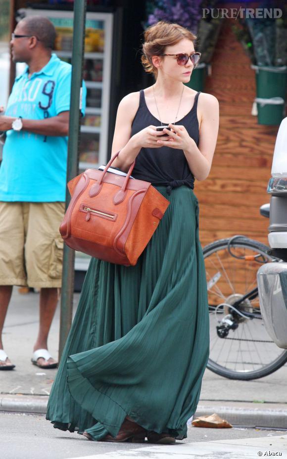 Le top look de rue :   attendre un taxi avec classe ? C'est tout à fait possible avec Carey Mulligan. Vêtue d'une longue jupe verte Rag & Bone, elle sait être audacieuse et porte son sac couleur rouille Céline. Magnifique !