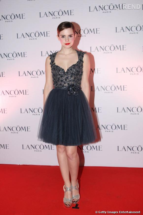 Emma Watson tire son épingle du jeu avec une robe tutu Elie Saab Haute Couture Automne-Hiver 2011/2012 rebordée de sequins et son beauty look sophistiqué.