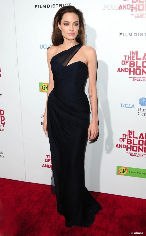 Angelina Jolie porte une robe Romona Keveza très sexy.