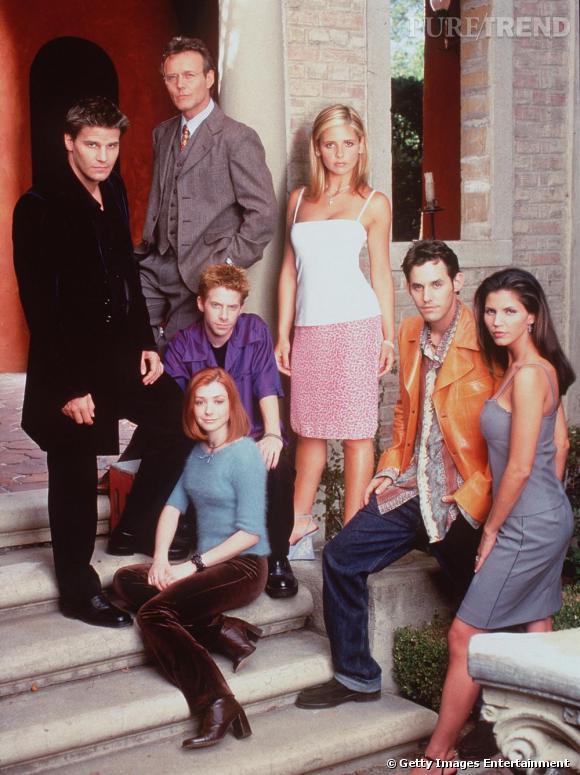 Après avoir auditionné pour le rôle de Cordelia Chase, Sarah Michelle Gellar se voit finalement attribuer celui de Buffy Summers. Elle n'a alors que 18 ans. Incarnant l'élue, elle tue les vampires la nuit et tente de mener la vie d'une adolescente normale la journée. Le tout en entretenant une relation avec un vampire, Angel.