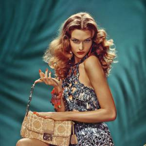 La campagne Printemps-Eté 2011 de Dior. Karlie Kloss est transformée en pin-up.