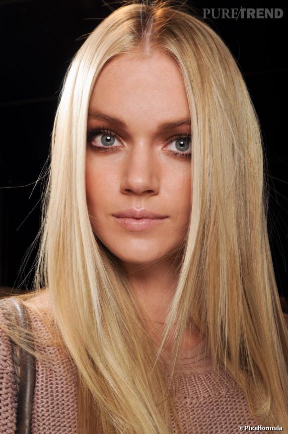 Les tendances coiffures pour 2012 Ultra-lisse et raie au milieu combinés, pour notre plus grand plaisir