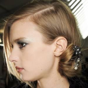 Les tendances coiffures pour 2012Déposer un bijou dans notre chignon bas, un plus qui fait son effet.