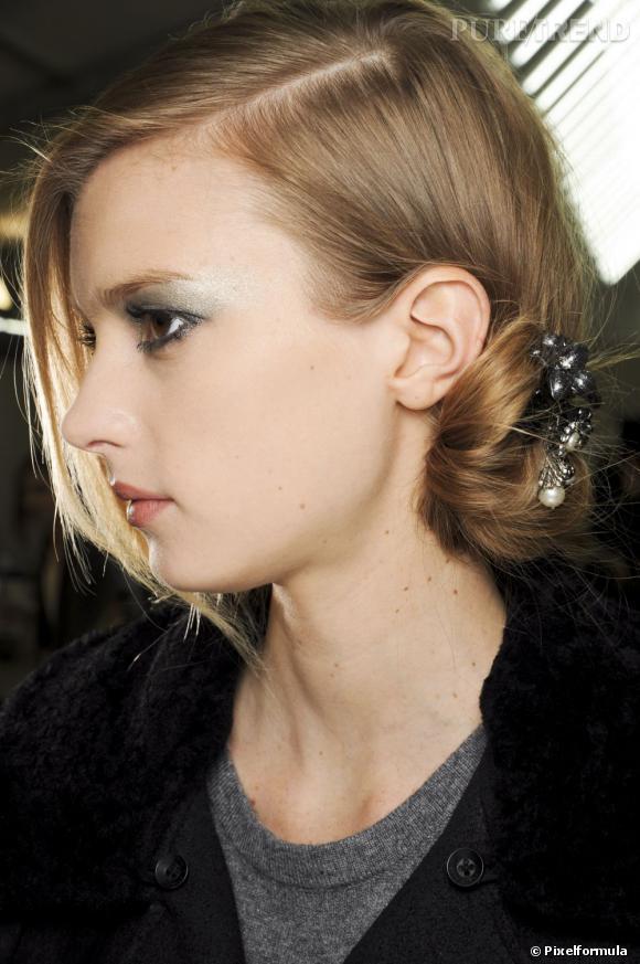 Les tendances coiffures pour 2012 Déposer un bijou dans notre chignon bas, un plus qui fait son effet.