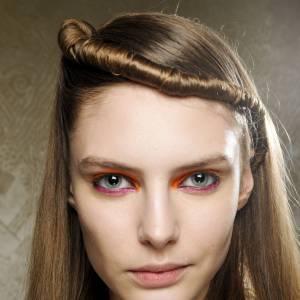 Les tendances coiffures pour 2012La torsade lisse sur le devant du crâne apporte un peu de rock à cette coiffure bien sage.