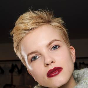 Les tendances coiffures pour 2012Pour le contraste, on ose le rouge à lèvres vif avec sa coupe courte.