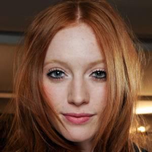 Les tendances coiffures pour 2012Un roux flamboyant et la raie au milieu, rien de mieux pour encadrer le visage.