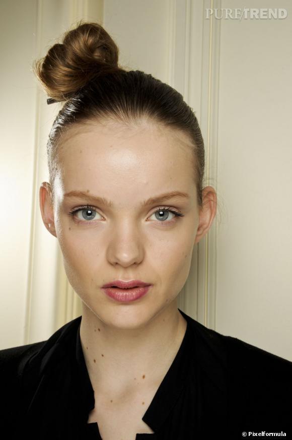 Les tendances coiffures pour 2012 Pour décaler le chignon de danseuse, on le coiffe légèrement sur le côté.