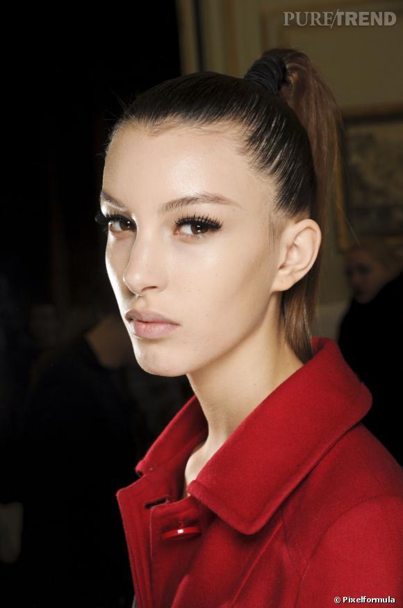 Les tendances coiffures pour 2012 La queue de cheval très haute et très lisse convient plutôt aux visages anguleux ou ovales.
