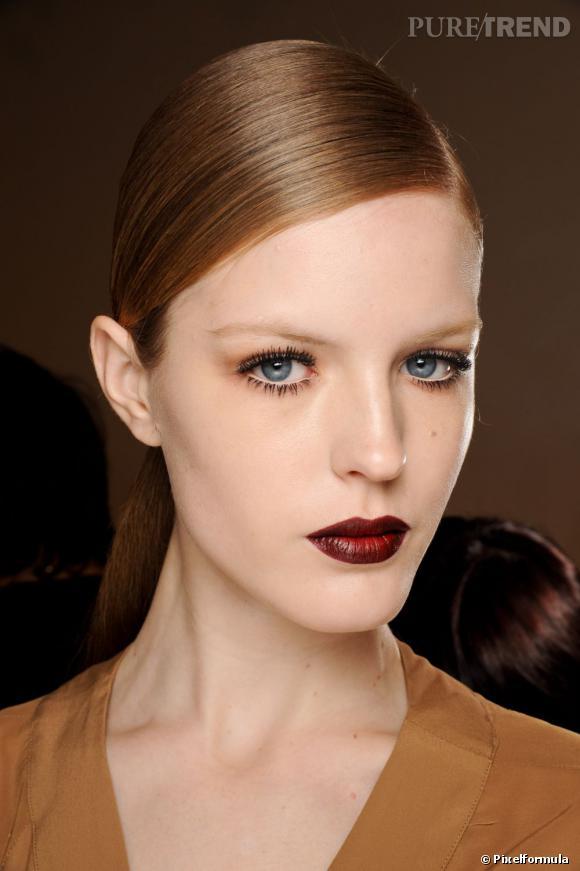 Les tendances coiffures pour 2012 Pour un style très working girl, on plaque bien ses cheveux et on les attache en queue de cheval basse sur la nuque.
