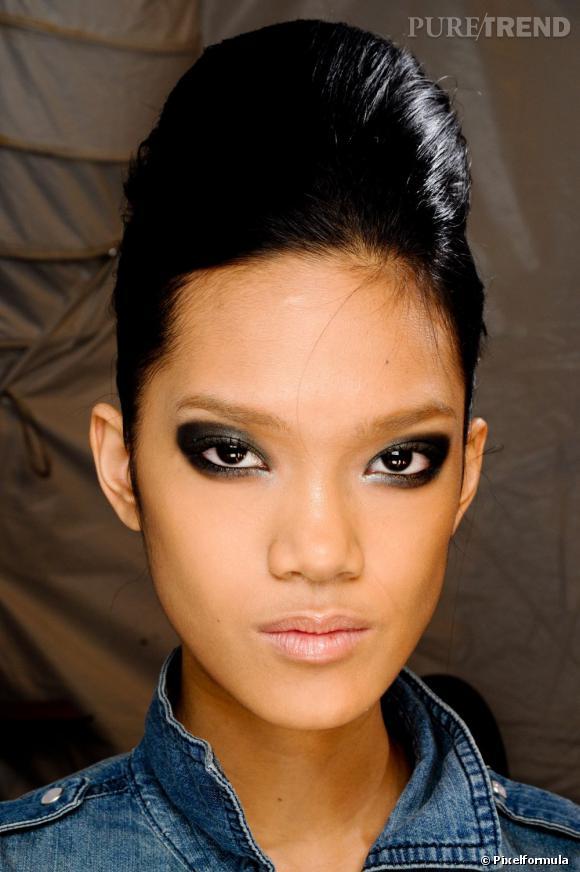 Les tendances coiffures pour 2012 Le chignon banane avec coque affine le visage et nous apporte une classe folle.