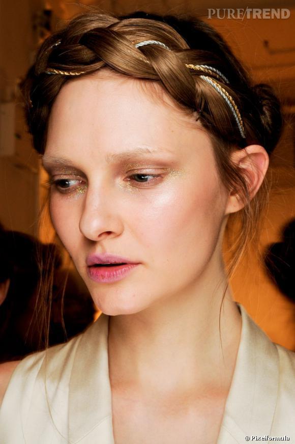 Les tendances coiffures pour 2012 Pour rajeunir notre couronne, on glisse des fils dorés ou argentés dans la natte.
