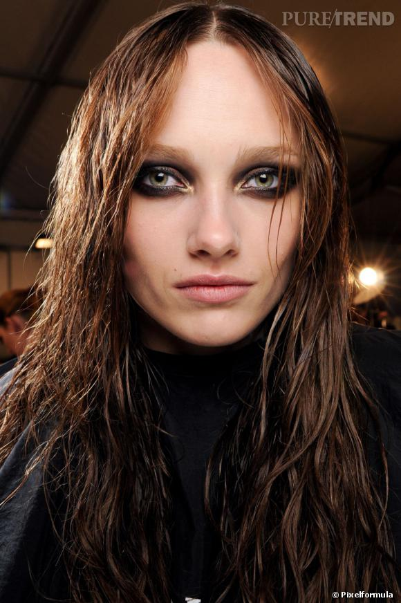 Les tendances coiffures pour 2012 L'effet mouillé est difficile à maitriser. Ce mannequin a tout bon.