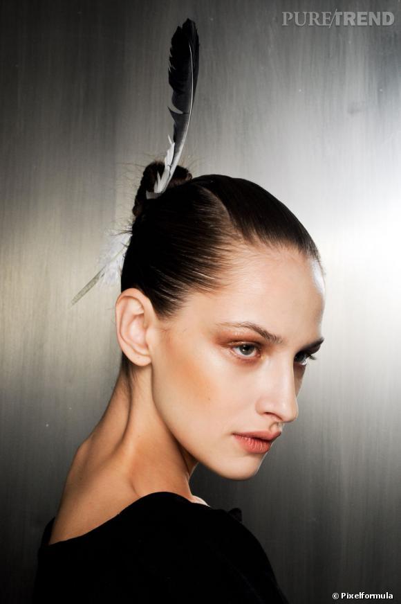 Les tendances coiffures pour 2012 Quand il est question d'accessoires, on peut tout se permettre. Même (surtout) la plume dans un chignon.