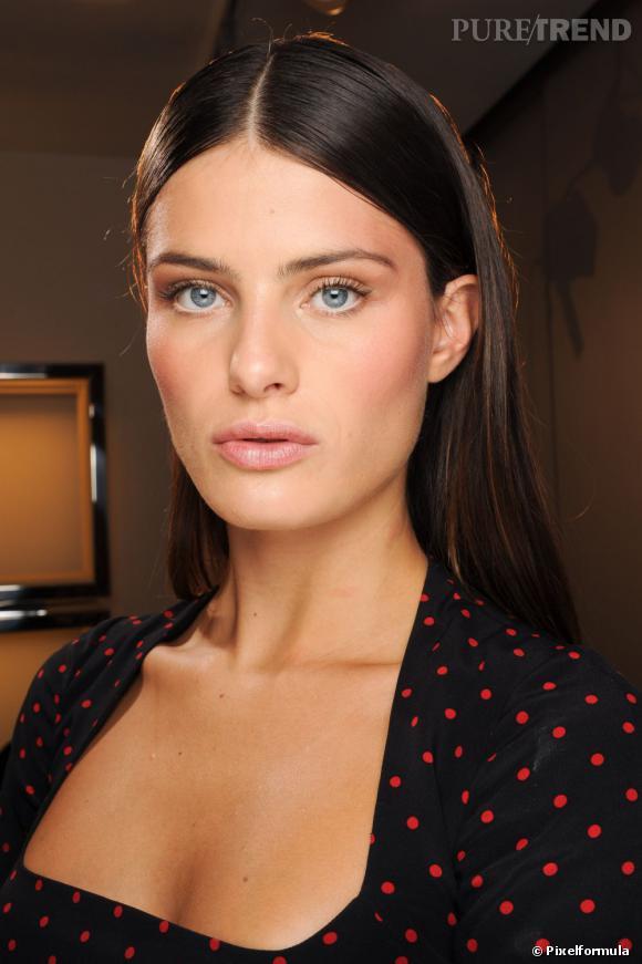 Les tendances coiffures pour 2012 Une coupe très sage, avec raie au milileu et brushing lisse, à réserver aux cheveux brillants.