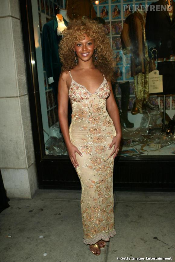 Ici avec sa robe fleurie dans les tons beige, Beyonce n'a encore rien  d'une diva. Coupe semi-afro et robe longue, elle a un look sans saveur.