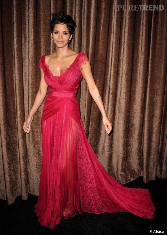 Les plus belles coupes courtes des stars    Sublime avec sa robe rouge, Halle Berry nous montre que l'on peut être féminine avec une coupe à la garçonne. On s'est exclamé au drame lorsqu'elle a coupé, mais, aujourd'hui on la trouve plus belle que jamais.