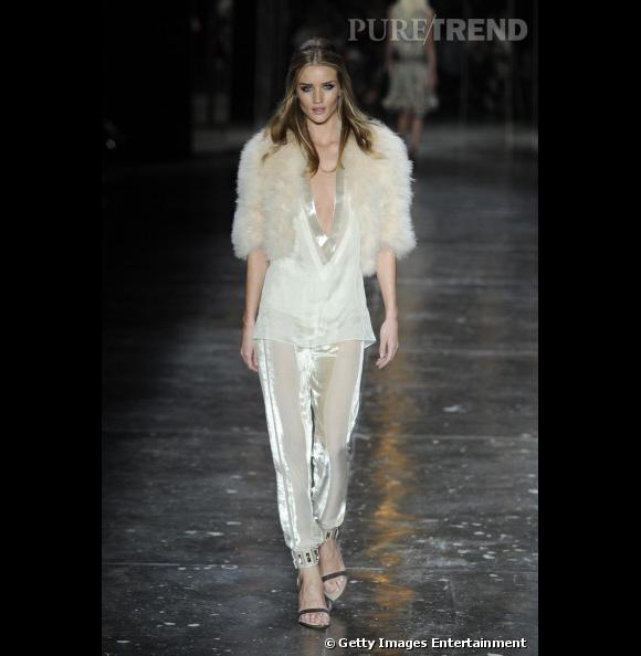 Rosie Huntington-Whiteley, venus in furs sur le catwalk.